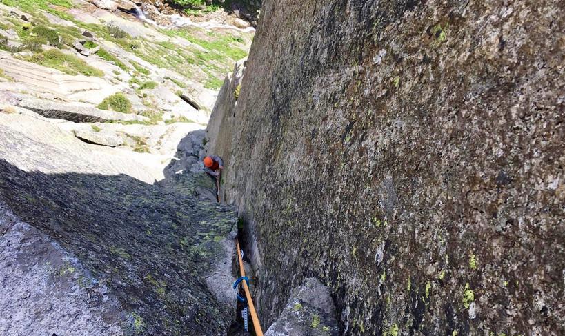 Kletterer in der Route Eternal Crack Teufelstalwand Rissklettern Länge 5