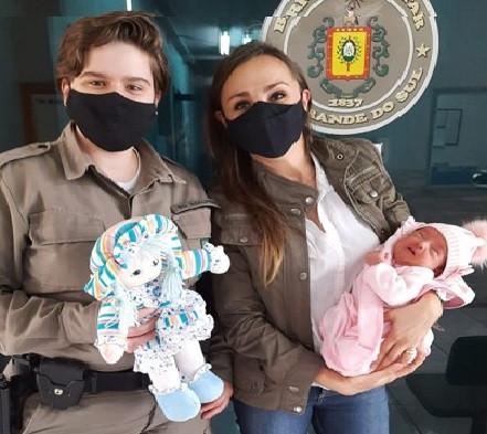 BM-RS 26º BPM recebe visita de mãe que recebeu escolta da BM durante o parto