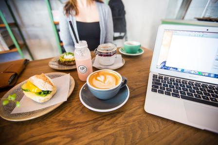 Frukostmöte, produktbilder och fem dagar kvar till flytt
