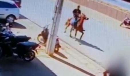 ÊÊÊ GOIÁS: homem furta queijos e foge a cavalo em Luziânia. VÍDEO!