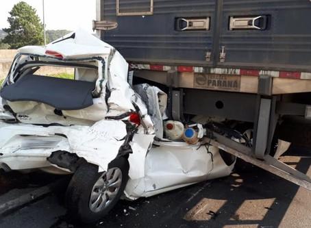 NASCEU DE NOVO! Carro é prensado por três caminhões e condutor sai ileso. VÍDEO.