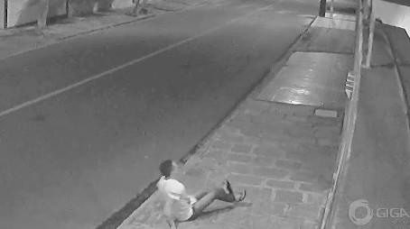LASCOU-SE! Suspeito sofre descarga elétrica ao tentar invadir residência. VÍDEO
