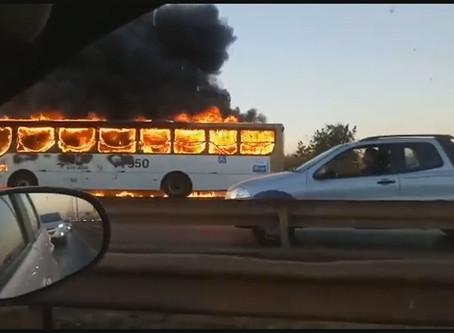 VÍDEO: ônibus pega fogo na via Estrutural no Distrito Federal