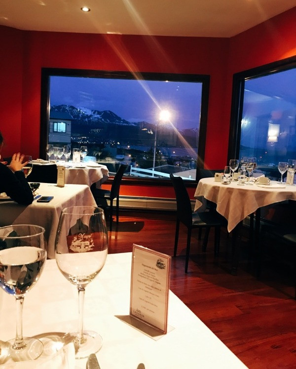 Salão do restaurante Kaupé, em Ushuaia