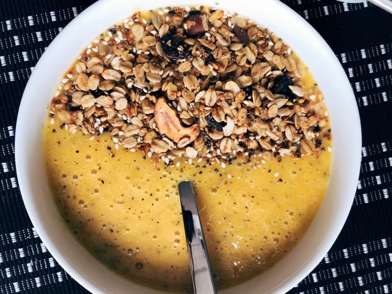Bowl de frutas amarelas: maracujá, manga e banana