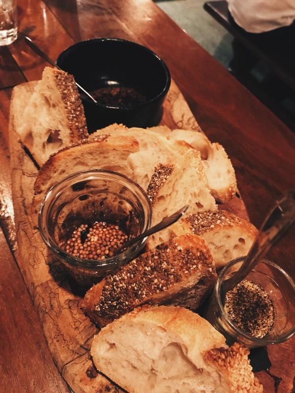 pão, zeytoon parvadeh, pil-pil e semente de mostarda