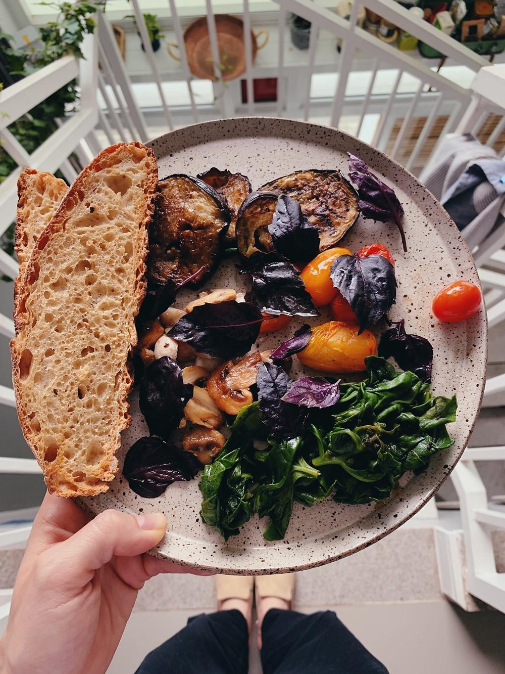Pão caseiro e vegetais para a segunda sem carne