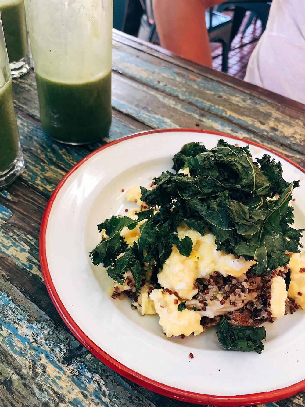 Toast com quinoa, ovos mexidos e chips de kale e suco verde
