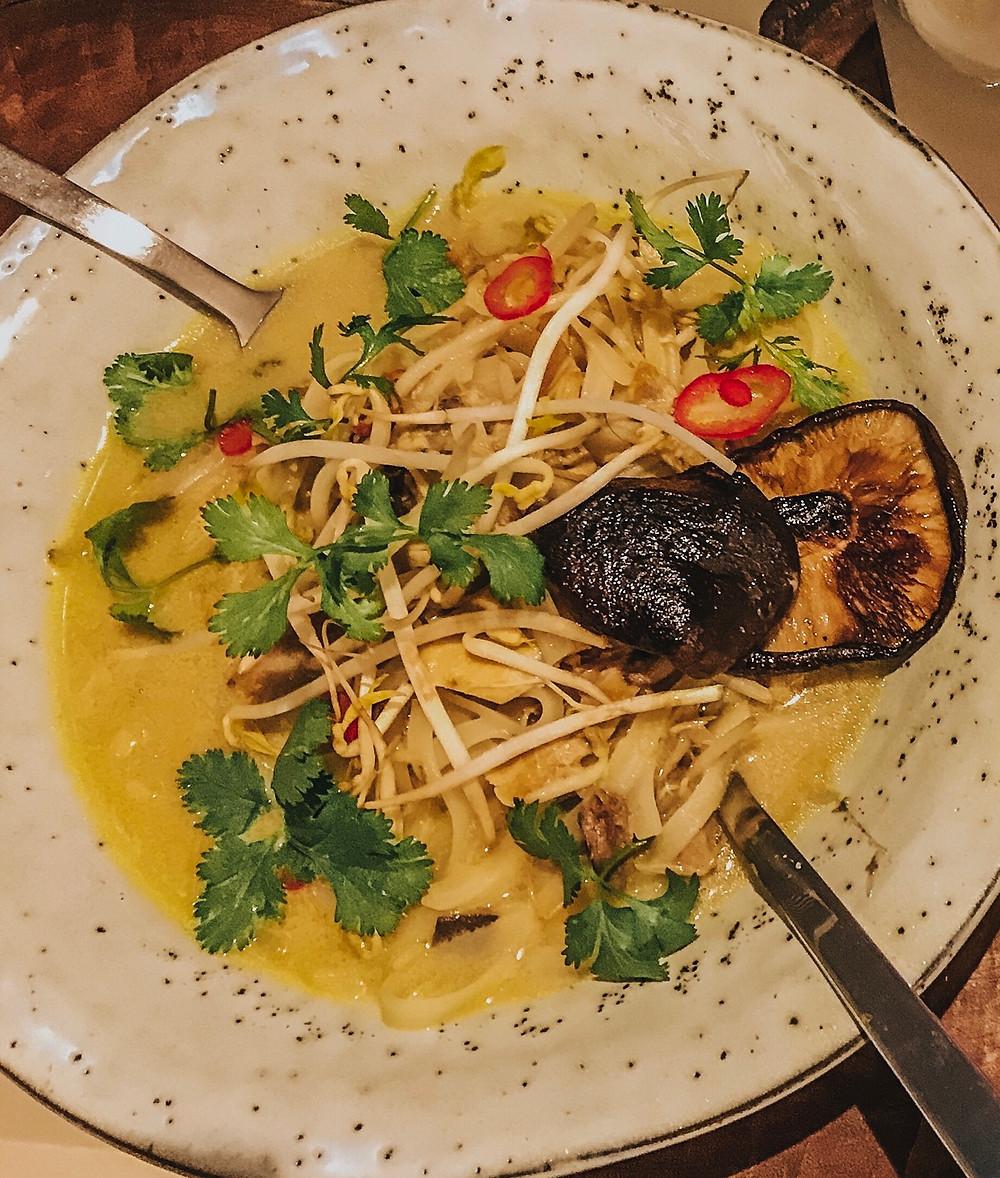 Sopa tailandesa de leite de coco e camarão - tom kha gai