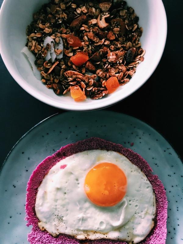 Café da manhã clássico da casa: tapioca rosa hidratada com suco de beterraba com ovo caipira e, claro, um bowl de granola!