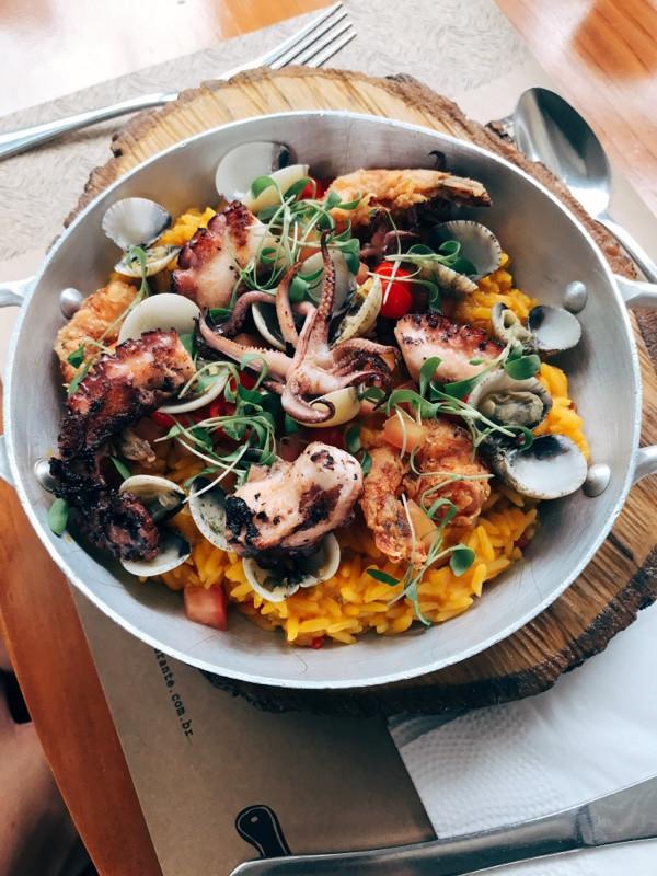 Paella de moqueca, frutos do mar, picles de pimenta biquinho e broto de coentro - Restaurante Petí Panamericana