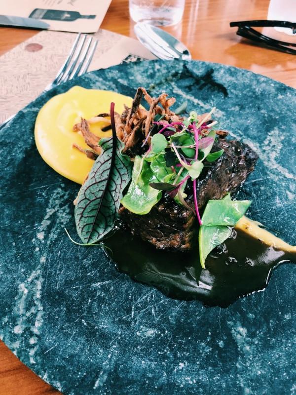 Shoulder, aligot de mandioquinha, crocante de cebola e molho au poivre - Restaurante Petí Panamericana.