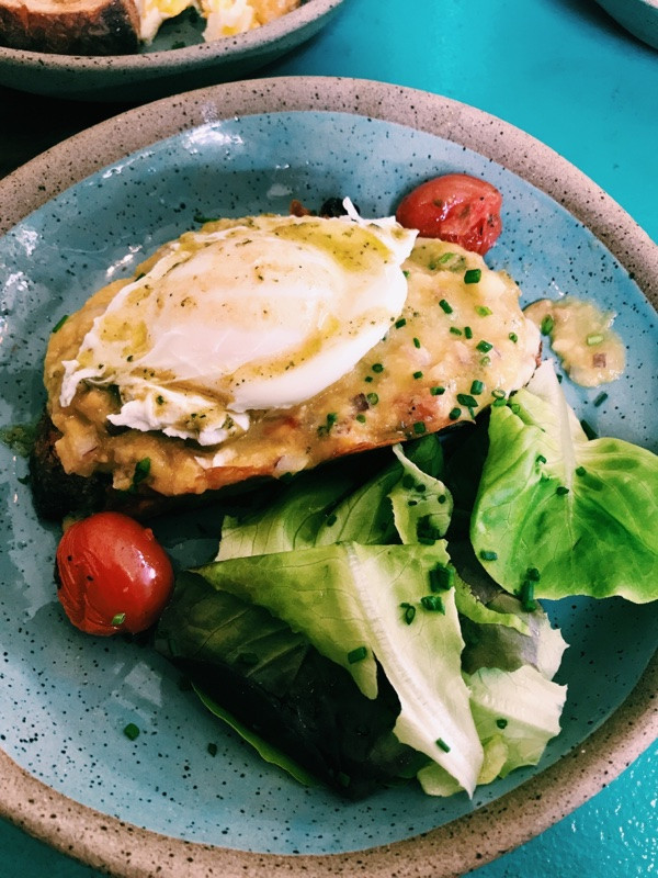 Avo Toast:  Abacate com ovo pochê e lascas de queijo de cabra Cabríssima