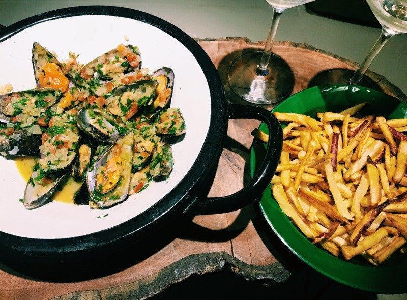 Moules frites: mexilhões a la marinière com batatas fritas