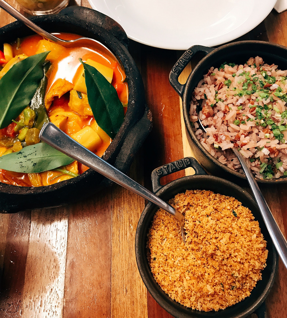moqueca de caju, palmito e banana da terra com arroz vermelho e farofinha de coco balaio