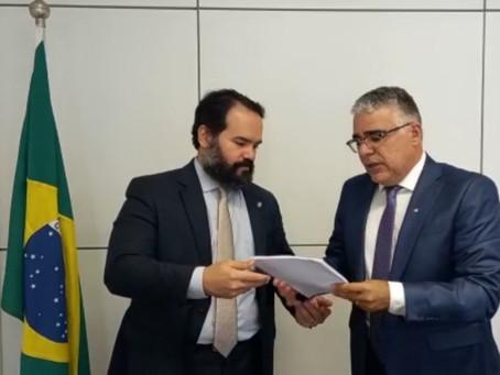 Quirino Cordeiro entrega manifesto com 1.357 assinaturas contrarias ao PL 399/2015