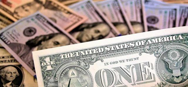 Depois de chegar a R$ 5,80, por que o dólar está despencando?