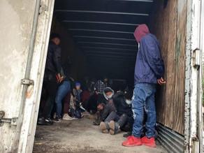 Interceptan a 108 migrantes hacinados en camión