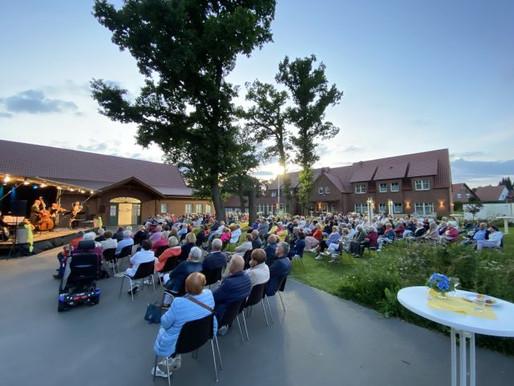 Gelungenes Open-Air-Konzert mit dem Bremer Kaffeehaus-Orchester