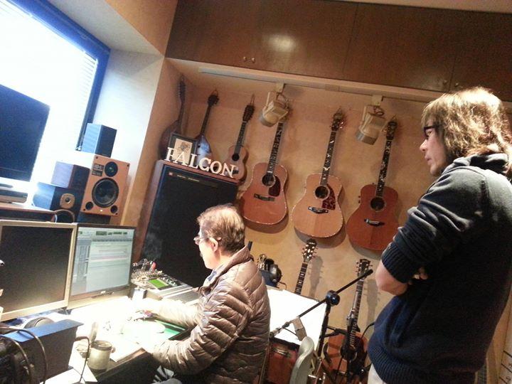 今日は日本を代表するアコースティックギターの巨匠『石川鷹彦』さんのご自宅に新年のご挨拶に行ってきました(^^)♪____何だかんだでスタジオに入りましてアルバムに入っていない楽曲の