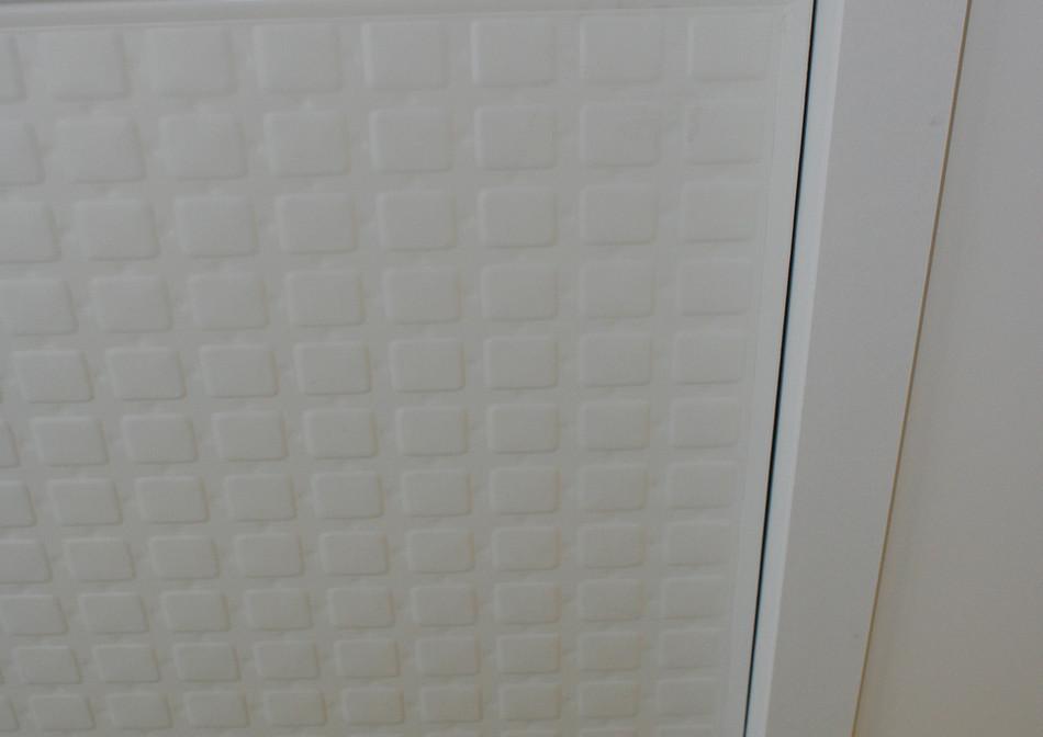 Détail d'intégration de KIGO dans un plafond en plâtre.