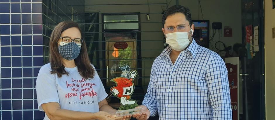 """Empresário Marcello Nevares recebe troféu """"HEMOCINHO"""". Amigos do Hemoce por estimular a doação."""