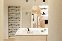 アイランドキッチンとタイルの腰壁で可愛い空間