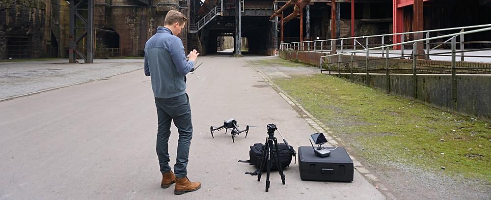 Tom David Frey arbeitet mit einer DJI Inspire 2 Drohne