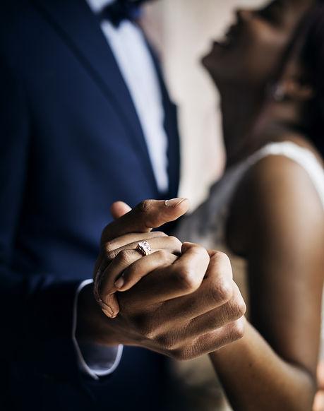 maos-casal-anel-casamento.jpg