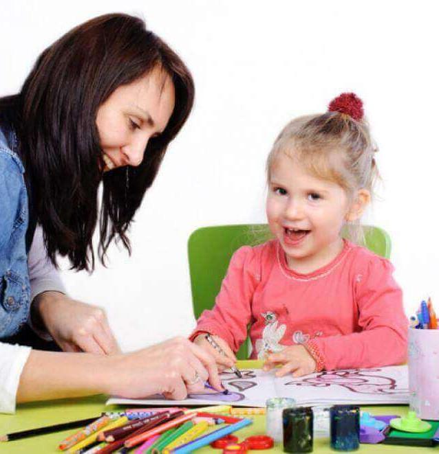 mulher-pintando-com-uma-criança.jpg