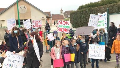 Fermeture de classe à Geneuille : Carte Blanche soutient les familles dans leur lutte