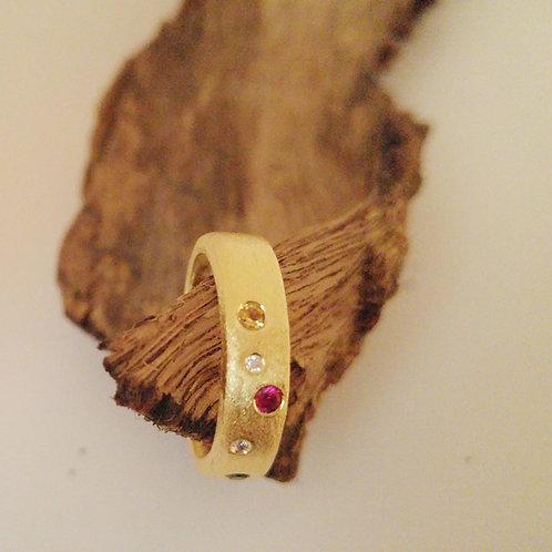 טבעת גולדפילד משובצת אבנים בצבעים שונים