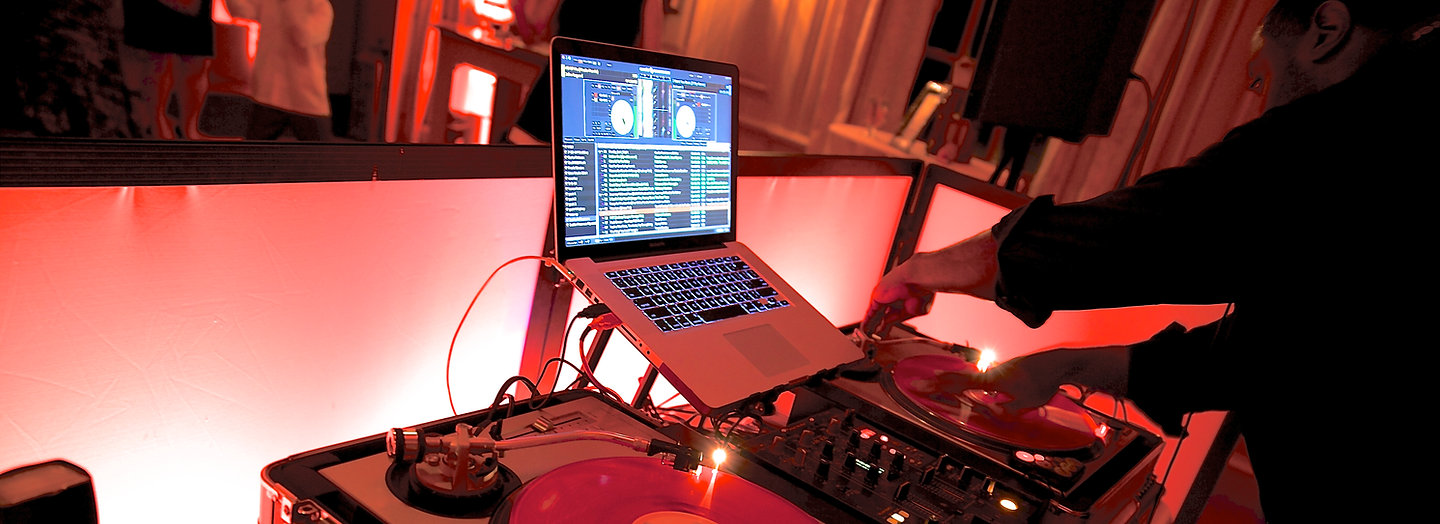 wedding dj with turntables