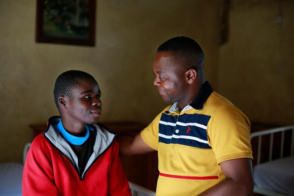 Brother of Charity talking to patient at Sosame Bukavu DRCongo - ©Joost Van Heesvelde