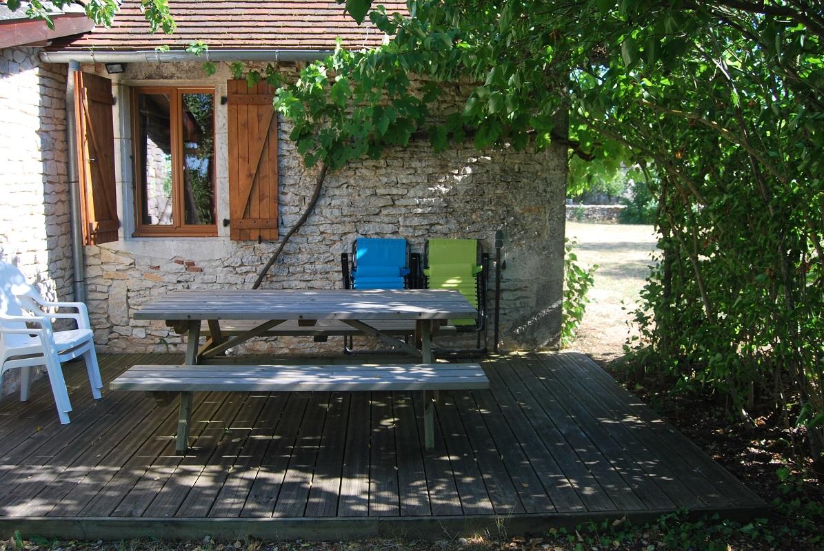 外にあるテーブル