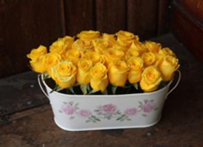Arreglo de 24 rosas con base metálica vintage