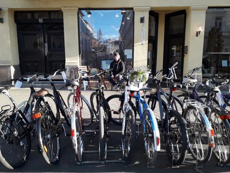 Å sykle i midten av februar går jo helt fint! Vår i luften og syklene står klare til deg.