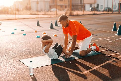Vater-und-Sohn-machen-Bauchübungen.jpg