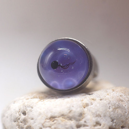 """Кольцо """"Черная медузка в лиловой воде """""""