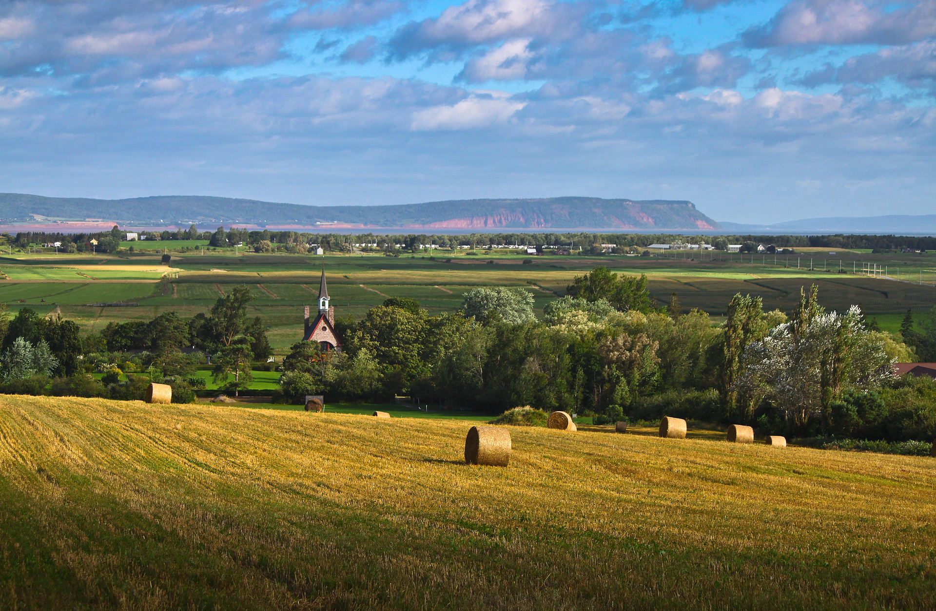 Grand_Pré_Hay_Bales_&_Memorial_Church_b