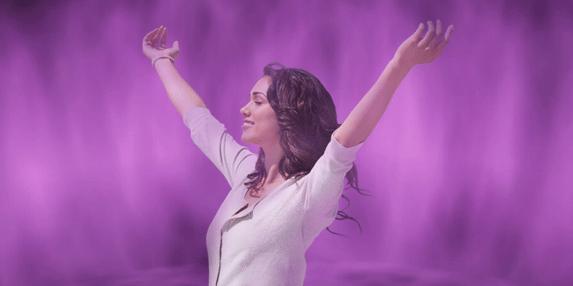 mujer llama violeta