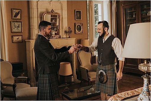 Goom-in-kilt-in-Scottish-wedding-in-Fran