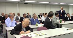 総会で発言する福永日本医大病院名誉院長