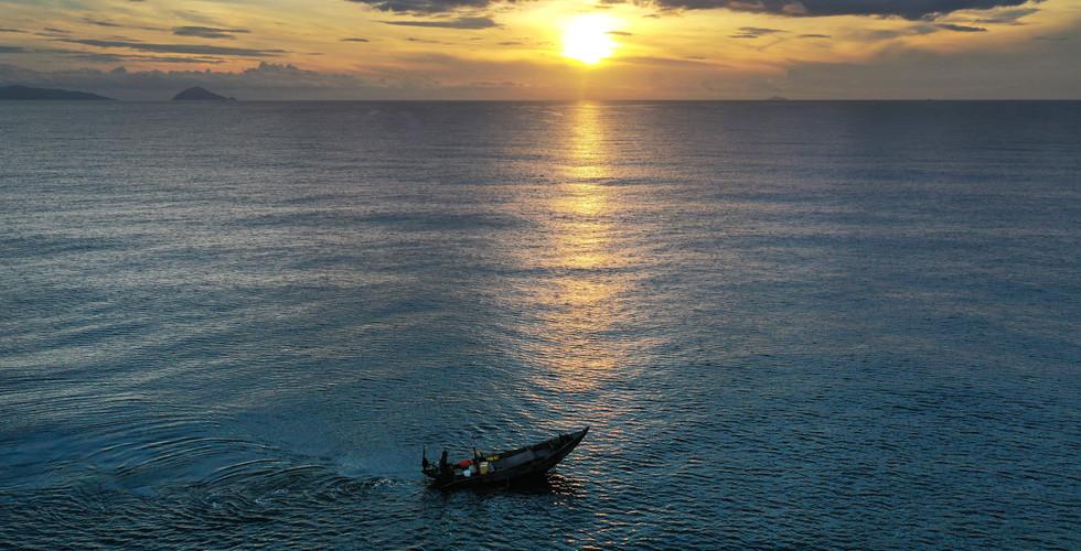Hoiana_OceanBoatSunrise_0810.jpg