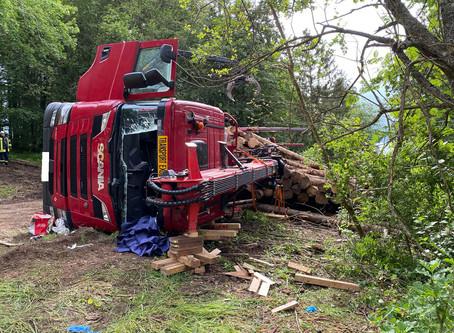 Technische Hilfe  - Umgestürzter Langholz LKW