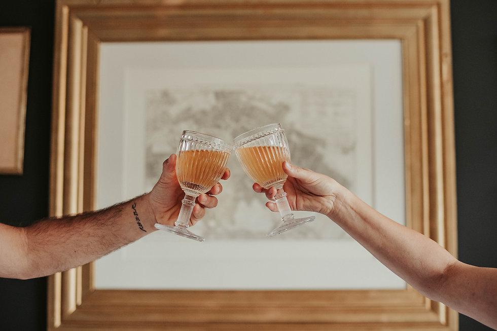 Dos copas de Bendita Kombucha brindando