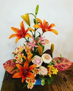 定期アレンジメント。_今日は器がブルー。花はオレンジ&クロトンカラーの合わせ。_