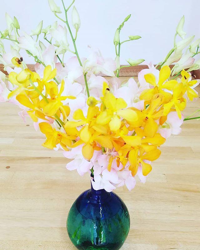 今日の定期アレンジメントはお客様様の気分転換も兼ねて、花束にしました。秋の爽快感