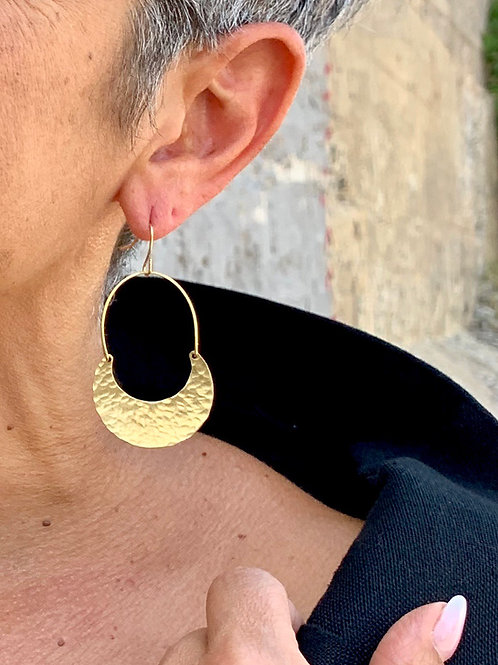 Hammered brass crescent earrings y Frug Jewellery