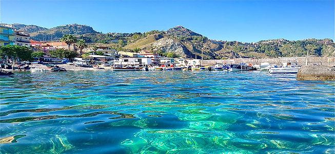 Giardini-naxos-taormina-mare-in-sicilia.